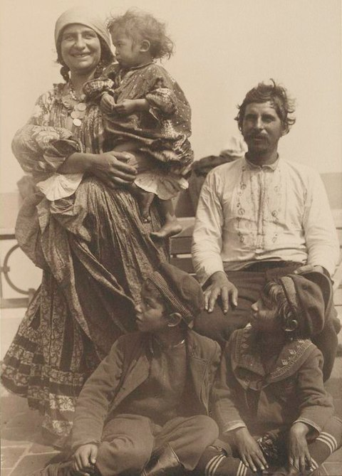 480px-Gypsy_family_from_Serbia