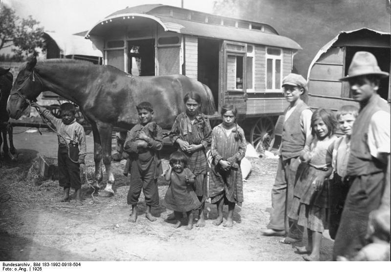 Berlin, Sinti und Roma mit Pferd vor Wohnwagen